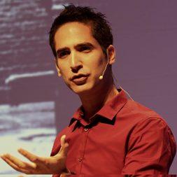 הרצאה מעניינת של מני ברזילי העוסק בחיזוי התפתחויות טכנולוגיות והשלכותיהן על האנושות