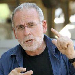 חיים הכט העיתונאי הנוקב בהרצאה על החברה הישראלית